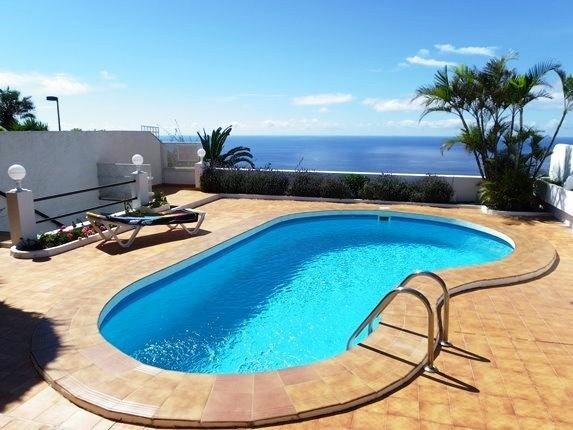 Gelegenheit in erster Meereslinie: Pflegeleichtes Haus mit Pool, Doppelgarage und viel Terrasse