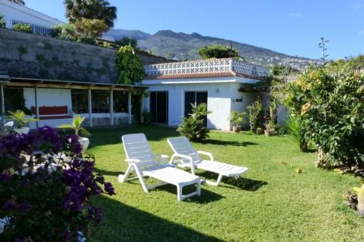 Der Garten vor der geschützen Pergola und dem Gästebereich