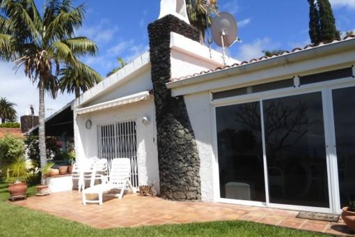 Terrasse mit Palmen vor dem Haus