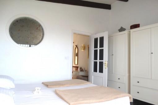 Das Schlafzimmer mit Balkendecke an der Diele