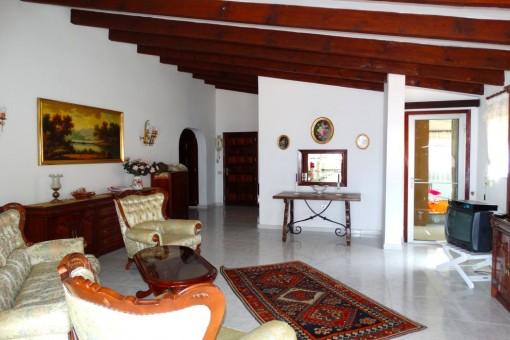 Das schöne zweites Wohnzimmer, im Hintergrund Durchreiche und Zugang zur Küche