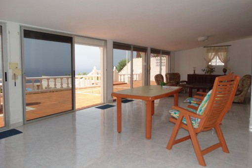 Wohnzimmer mit breiter Glasfront