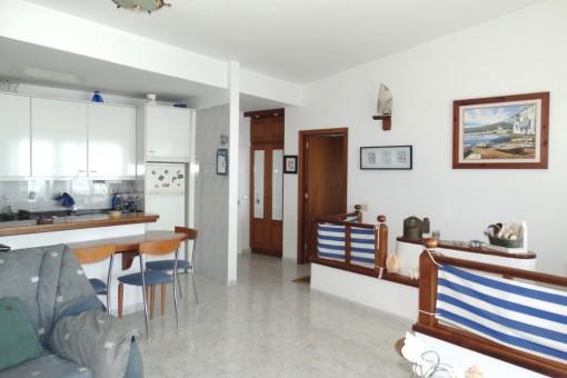 Blick zur Bar vor der Küche, rechts Zugang zum Schlafzimmer