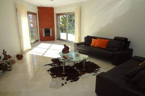 Helles Wohnzimmer mit Kamin