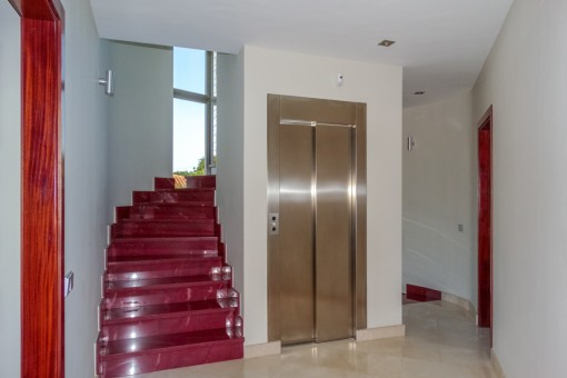 Aufzug neben der Treppe