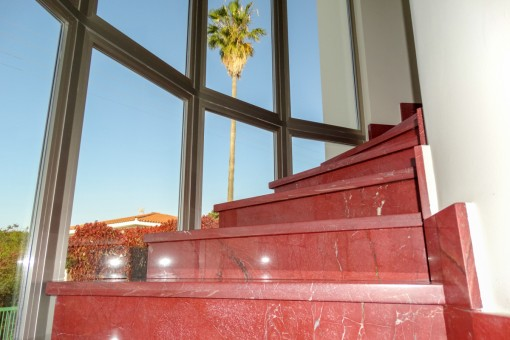 Treppe mit Fenstern