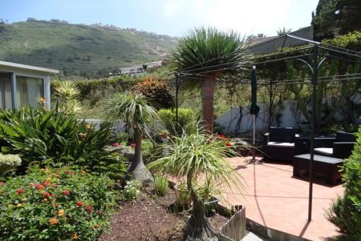 Separate Terrasse mit Pergola für romantische Stunden
