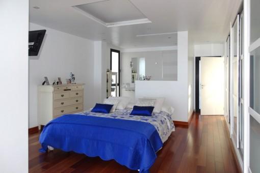 Schlafzimmer mit Ensuitebad