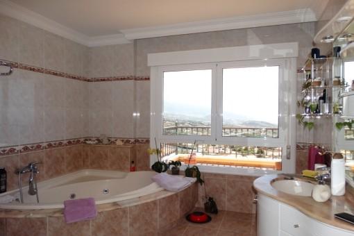 Helles geräumiges Badezimmer in schönem Design