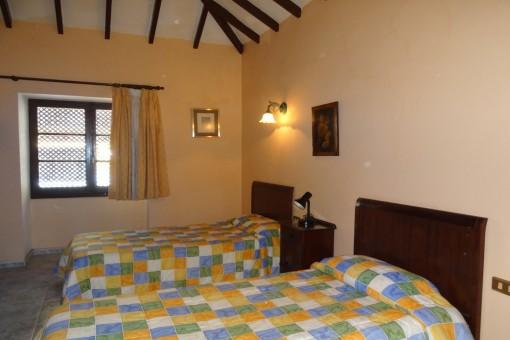 Schlafzimmer mit hoher Decke