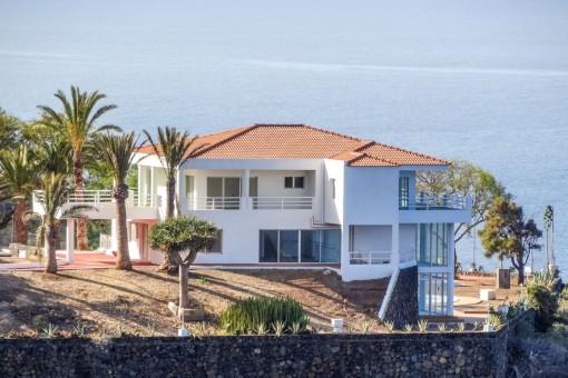 Repräsentative Villa in der ersten Reihe mit 1A-Meerblick zu drei Seiten und eigenem Tennisplatz