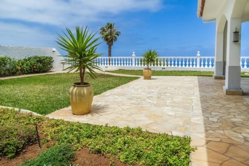 Großzügiger Garten und Terrasse