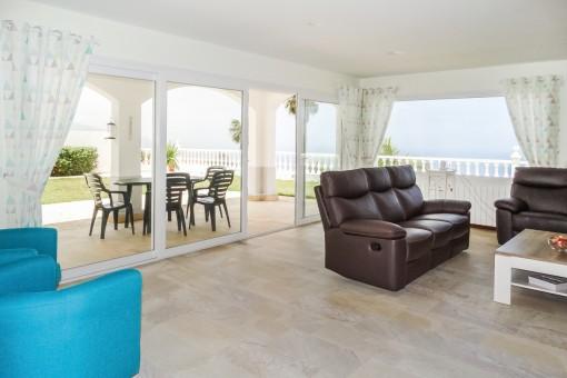 Gemütlicher Wohnbereich mit Marmorboden