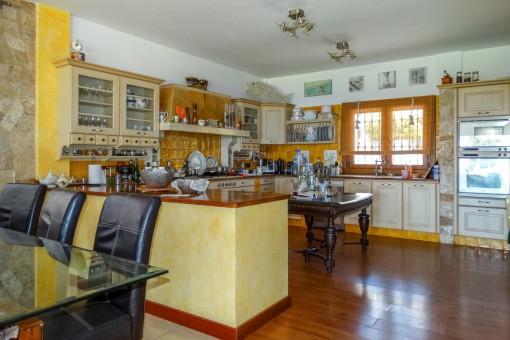 Voll ausgestattete Küche mit Blick zum Essbereich