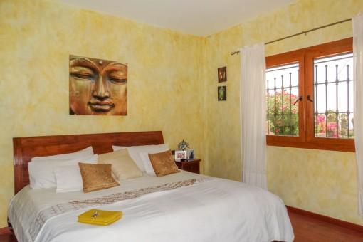Hauptschlafzimmer mit gemütlichem Doppelbett