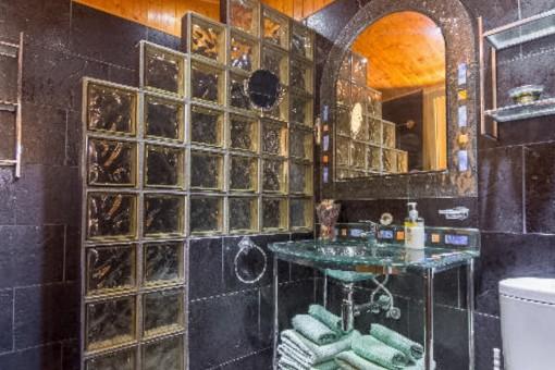 Beeindruckendes Badezimmer mit Waschbecken aus Glas