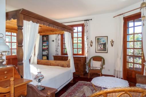 Hauptschlafzimmer mit romantischem Doppelbett