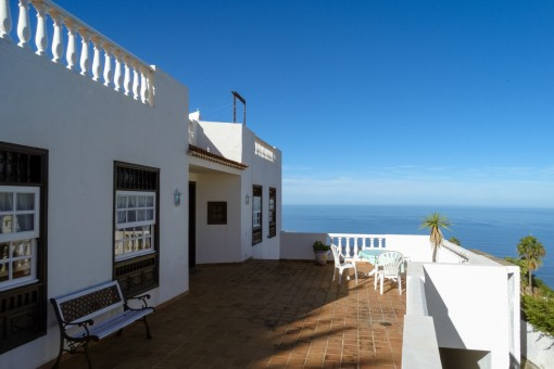 Sonniger Balkon der Villa
