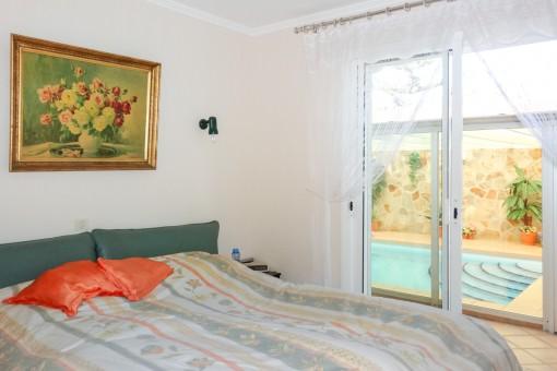 Schlafzimmer mit Poolzugang