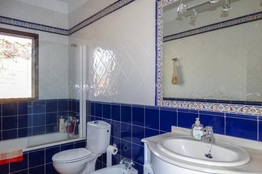 Mit Tageslicht durchflutetes Badezimmer