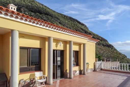Sonnige Terrasse der Villa