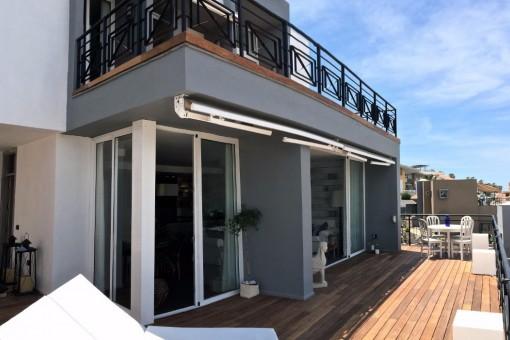 Vor der Villa mit Terrasse und Balkon