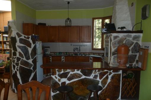 Kunstvoll dekorierte, offene Küche