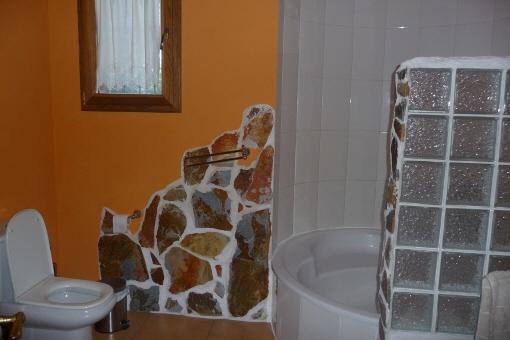 Liebevoll gestaltetes Badezimmer mit großer Dusche