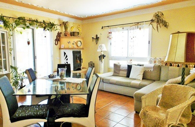 Modern gestalteter Wohnbereich
