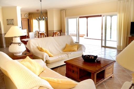 Geräumiges Wohn-und Esszimmer mit Zugang zur Terrasse