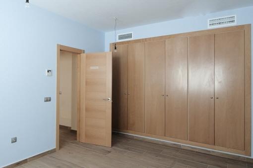 Eines der Schlafzimmer mit einem großen Einbauschrank