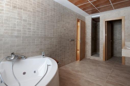 Haupt-Badezimmer mit Jacuzzi und Dusche