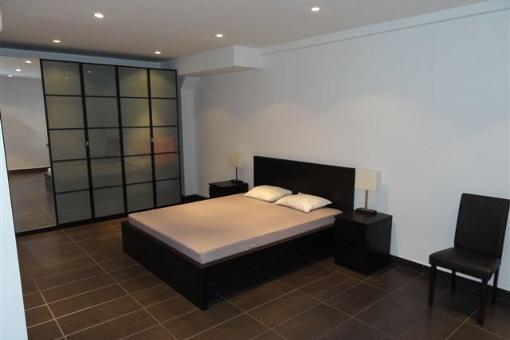 Eines der Schlafzimmer mit großem Schrank