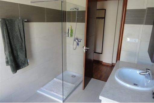 Eines der Badezimmer mit Dusche