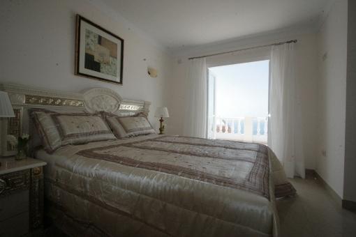Ein weiteres Schlafzimmer mit einem Doppelbett und Zugang zur Terrasse