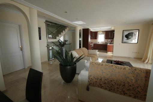 Geräumiges Wohnzimmer mit Essbereich