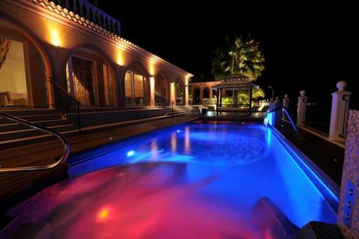 Exklusive hochwertige Villa mit Pool, Jacuzzi, Meerblick, Terrasse, Garten und Garage in Torviscas Alto