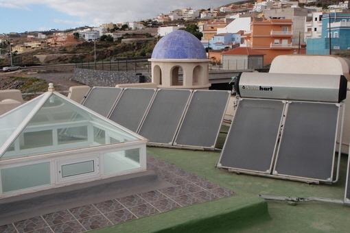 Sonnenkollektoren und eine Glaskuppel auf dem Dach