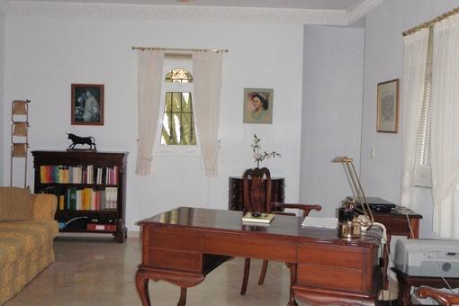 Eines der Zimmer als stilvolles Büro