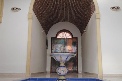 Eingangshalle mit einem schönen Rundbogen und Brunnen