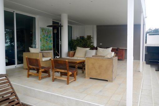 Die große Terrasse mit gemütlichen Sitzmöbeln