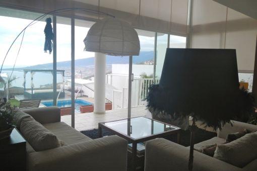 Das Wohnzimmer mit herrlichem Ausblick