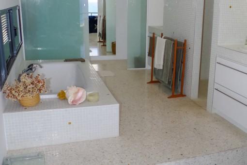 Exclusives Badezimmer mit Badewanne