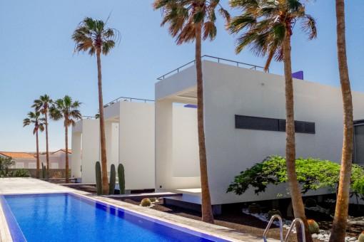 Moderne Luxusvilla in ruhiger Lage in erster Linie zum Strand mit beheiztem Pool und Garage