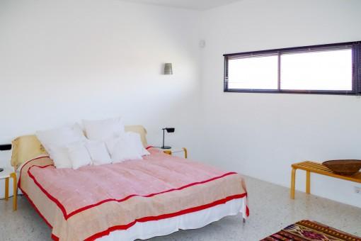 Zweites, helles Schlafzimmer mit Doppelbett