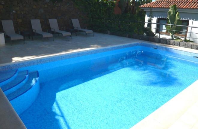 Terrasse mit Pool und Liegestühlen