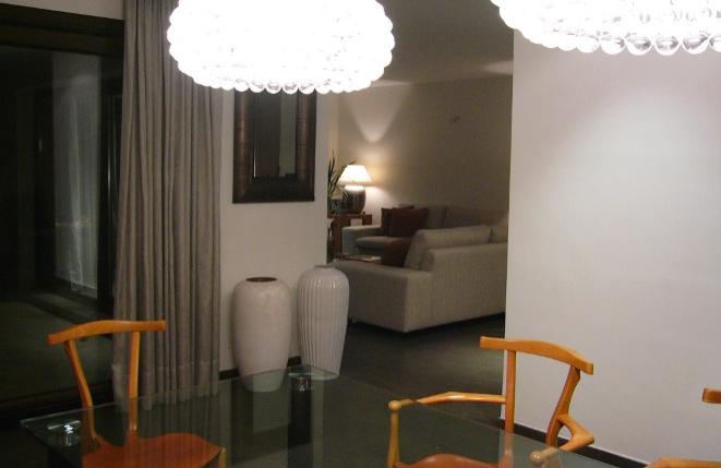 Esszimmer mit offenem Durchgang zum Wohnzimmer