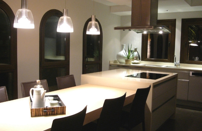 Elegante Küche mit Essbereich
