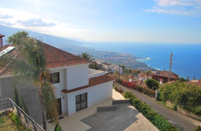 Moderne Villa mit Meerblick und Garten