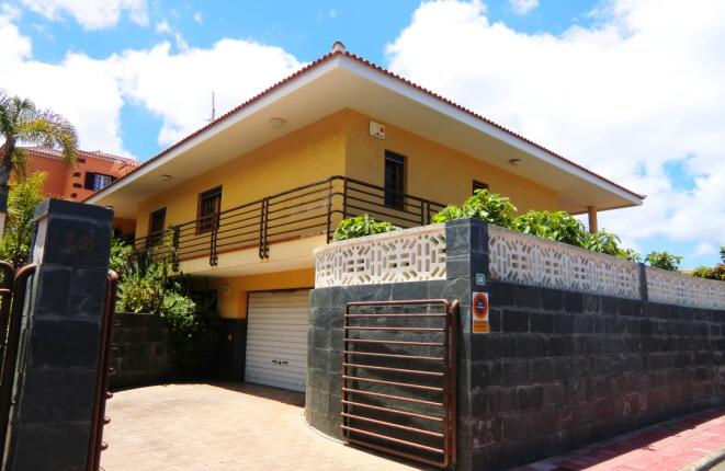 Schönes Haus mit großer Terrasse und Garten